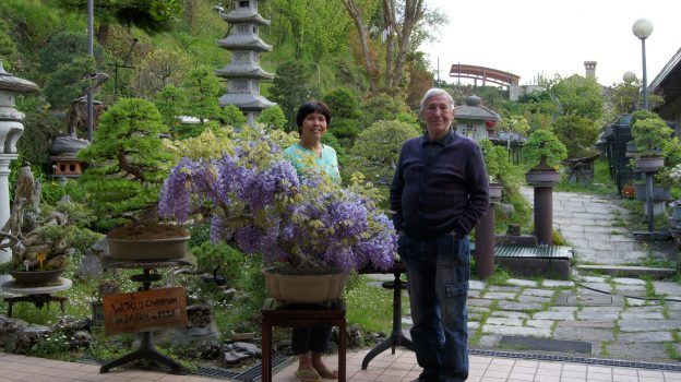 Armando e Haina all'entrata del giardino Bonsai.